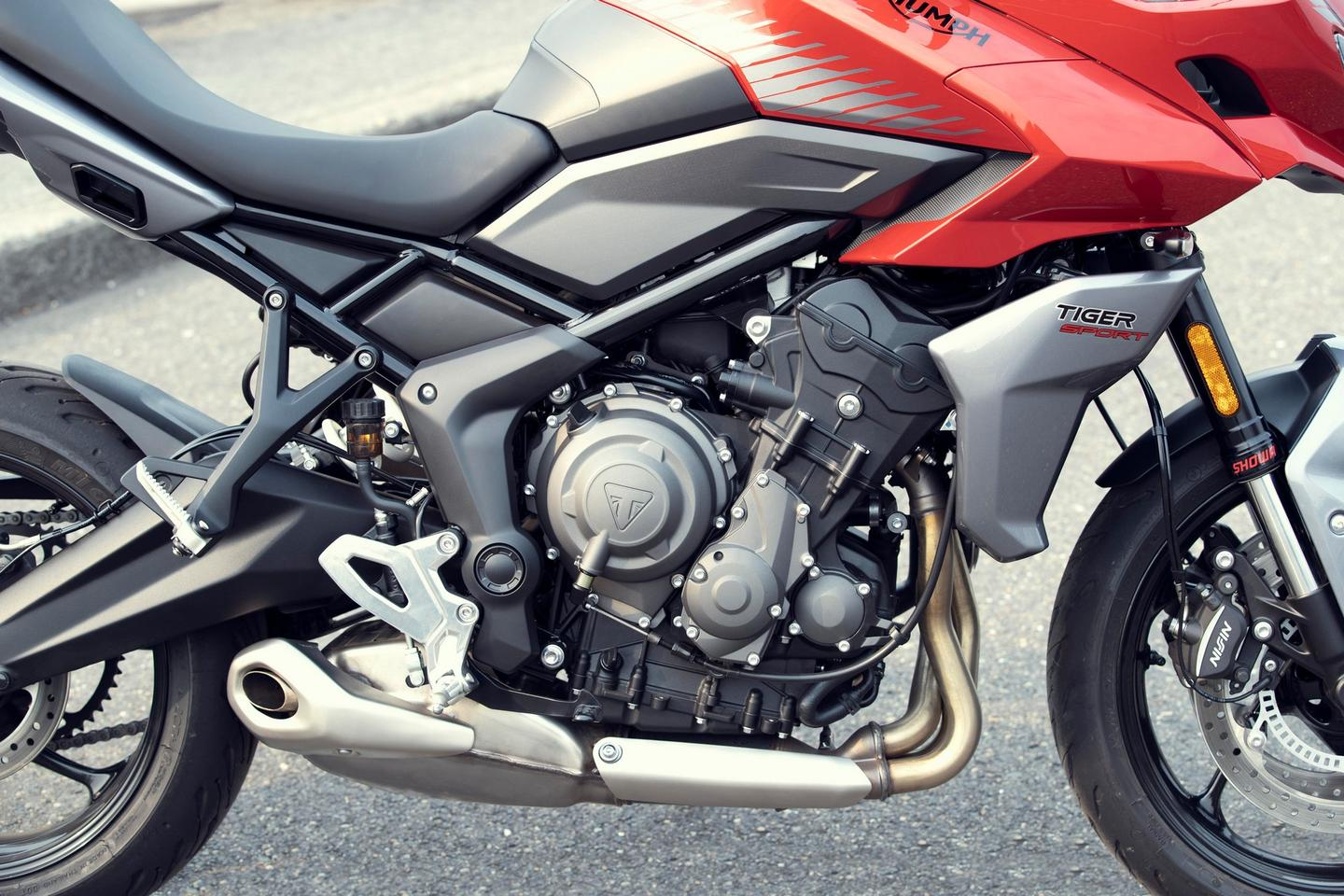 The inline three-cylinder motor of the 2022 Triumph Tiger Sport 660 debuted a few months ago on the Trident 660 naked roadster