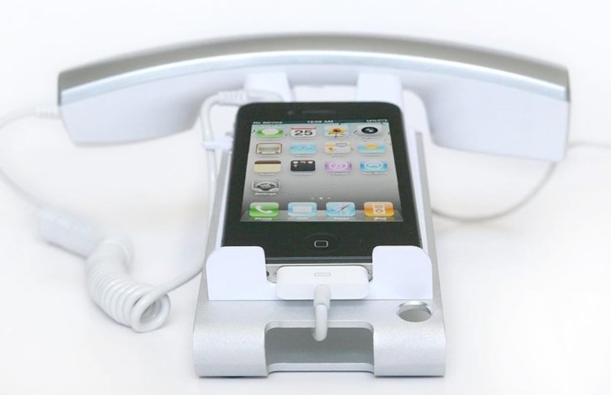 The iClooly Handset and Sync Stand lets you use your smartphone as if it were a desktop landline