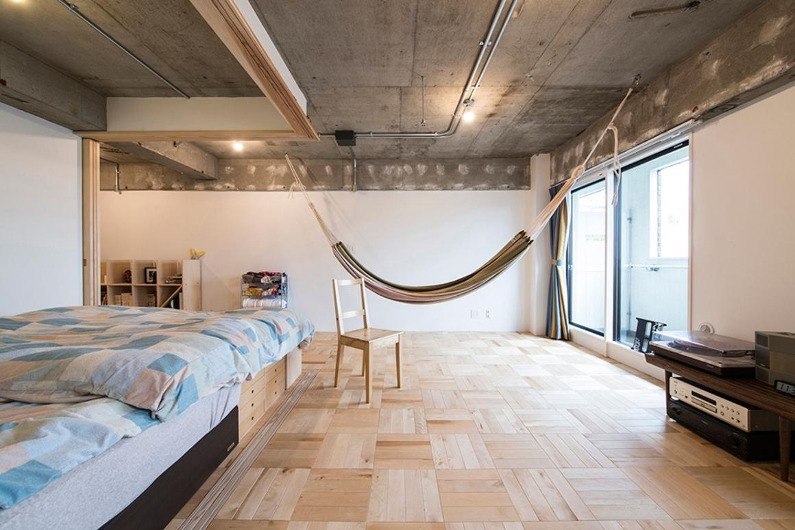 Tsukiji Room H is a bedsit in Tokyo that uses a central unit to partition the room and adapt it between work and sleep configurations (Photo: Katsumi Hirabayashi)