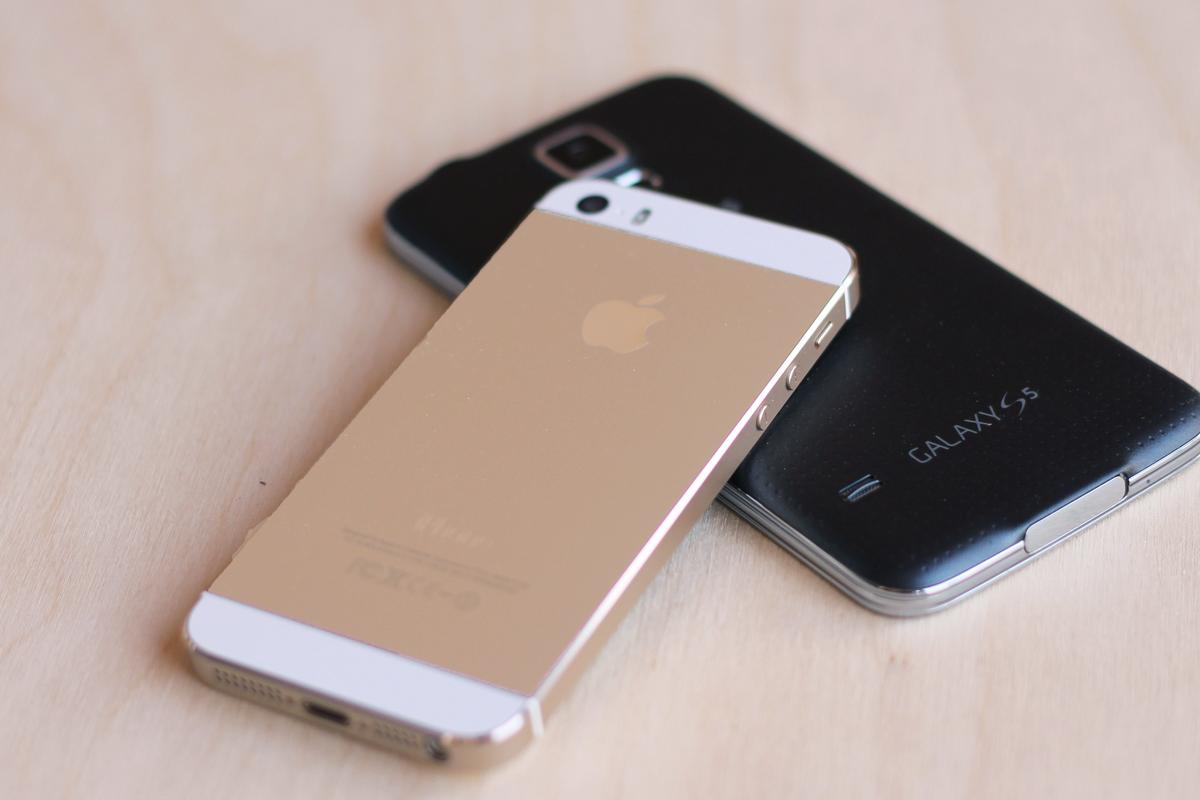 Gizmag goes hands-on to compare the Apple iPhone 5s and Samsung Galaxy S5