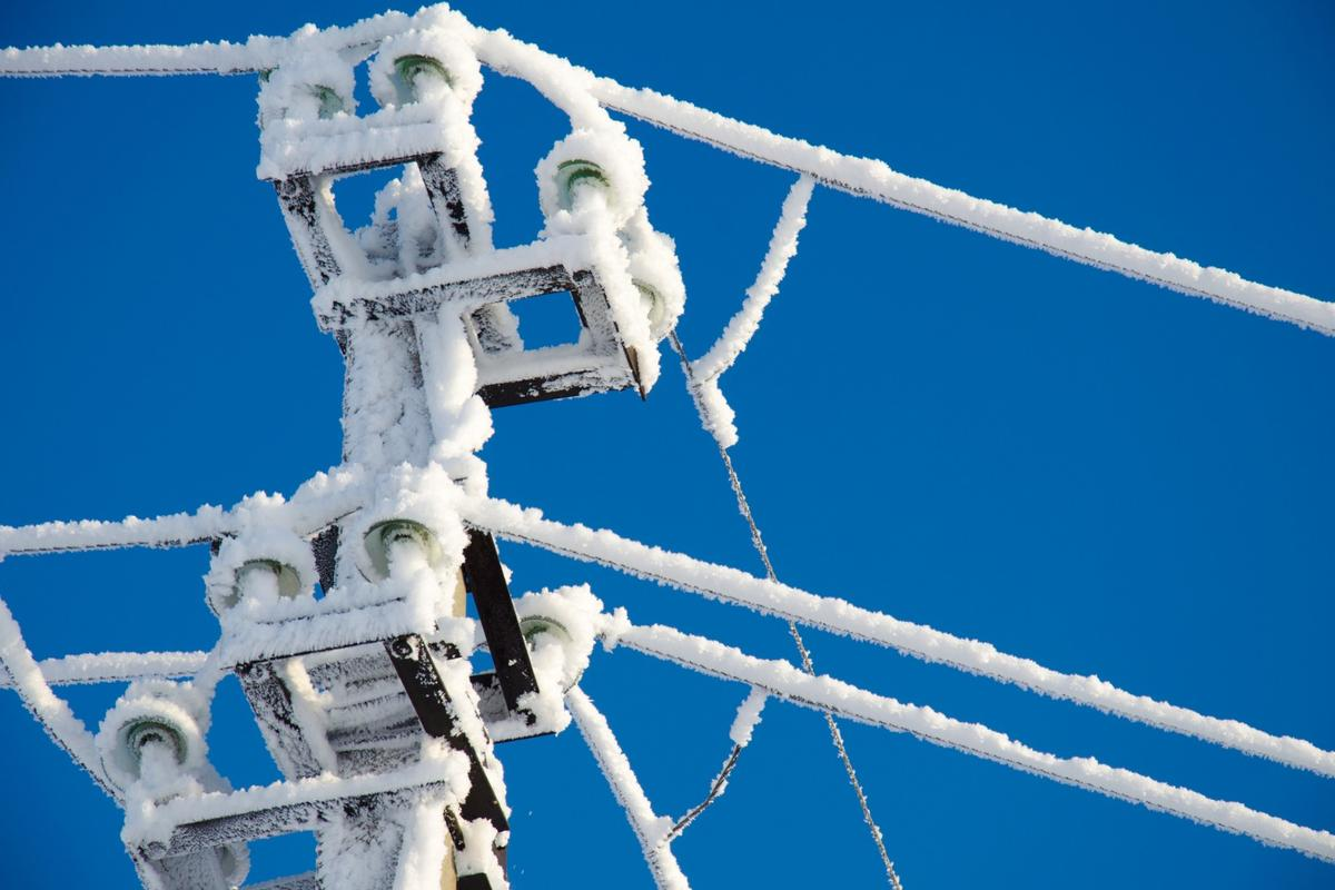 MIT researchers have developed a passive, solar-powered de-icing system that could prevent ice buildup on powerlines, aircraft wings and wind turbine blades
