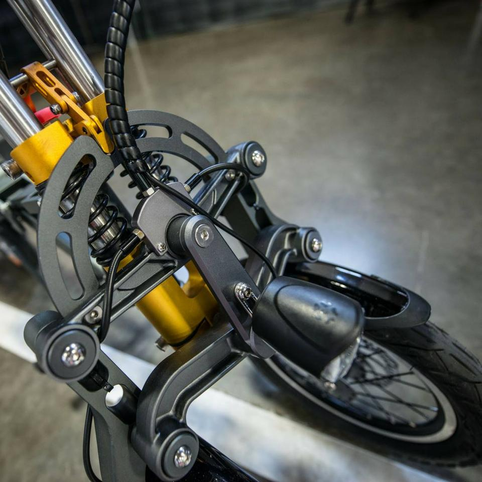 A tilting mechanism for the two wheels at the front of the Mylooffers improved stability in the turns