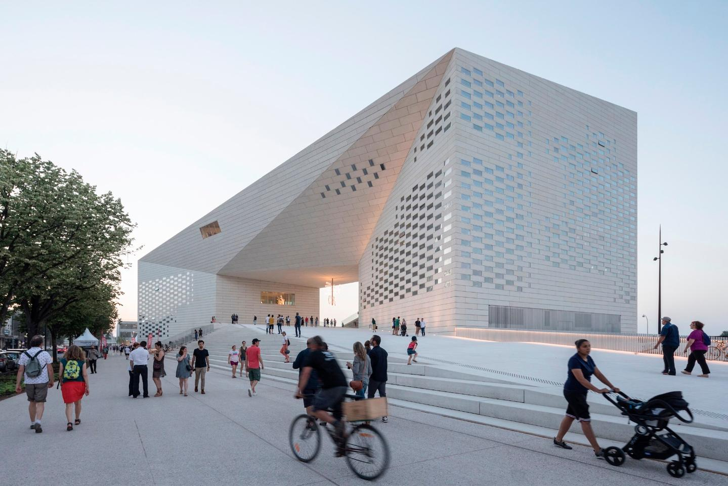 MÉCA'sfacade is made up of 4,800 prefabricated concrete panels that weighup to 1.6 tons each