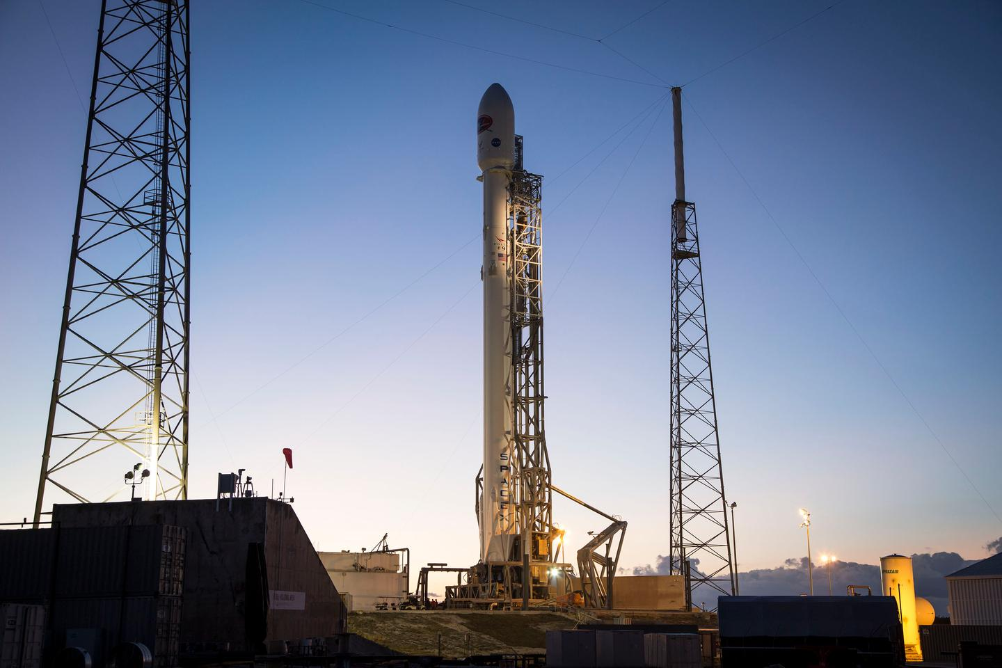 The Falcon 9 rocket surrounded by lightning protectors (Photo: SpaceX)