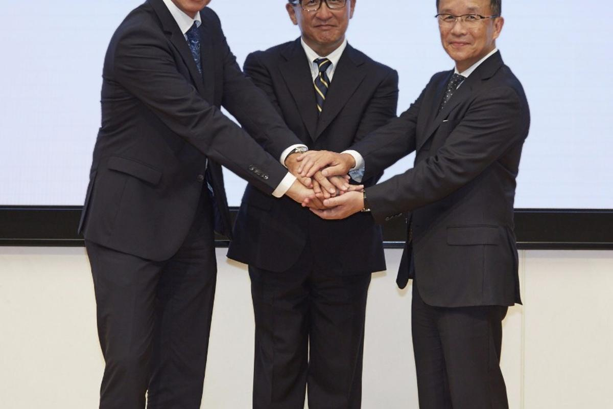 Representatives from the three companies shake on the new cooperation. From left to right: Prof. Dr. Karl Viktor Schaller, Executive Vice President Development BMW Motorrad, Mr. Tetsuo Suzuki, Operating Officer at Honda Motor Co., Ltd. and Mr. Takaaki Kimura, Chief General Manager of Technology Center and Executive Vice President and Representative Director of Yamaha Motor Co.Ltd.