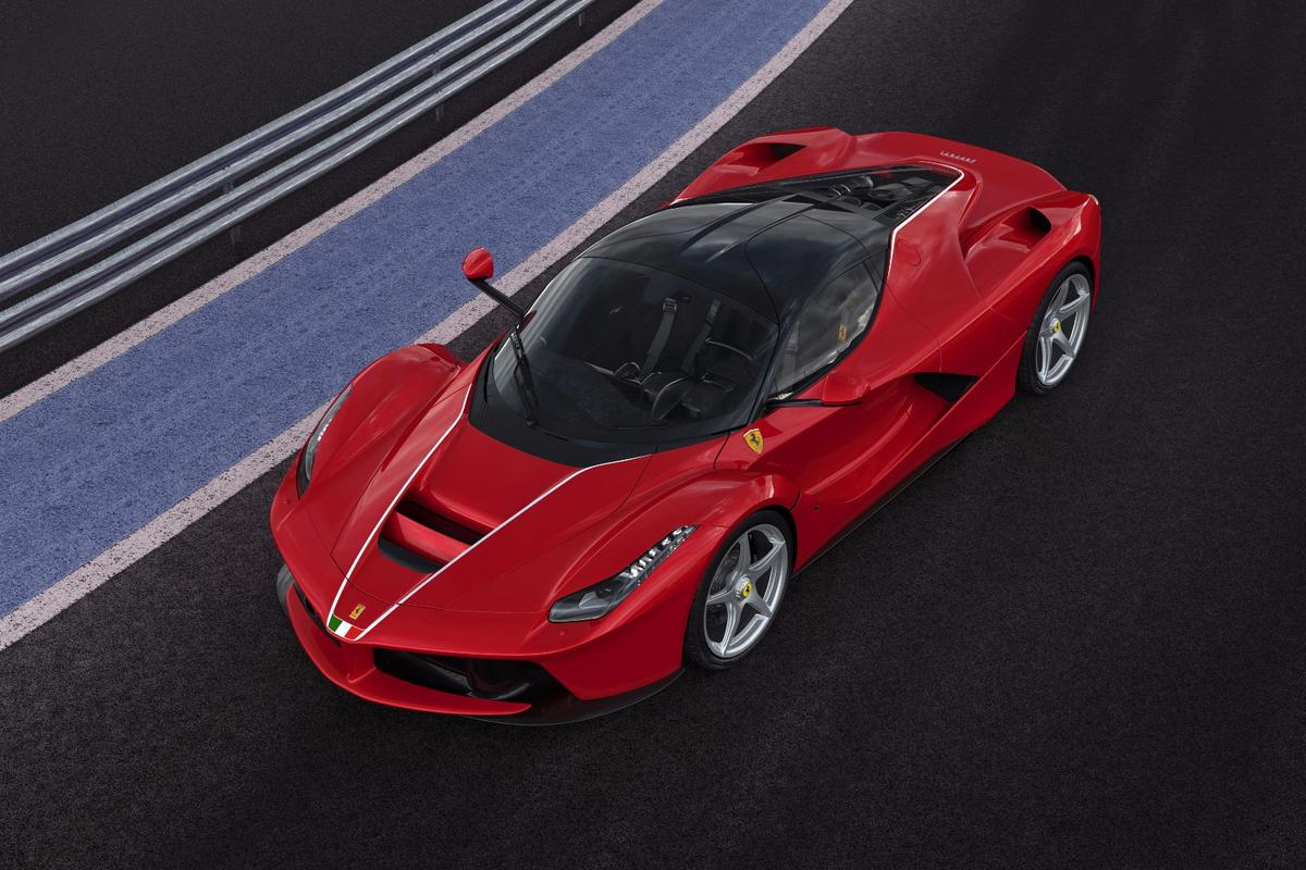 The500th and last La Ferrariis set apart by special livery, including Italian flags front and rear,andawhite pinstripe running down the bonnet