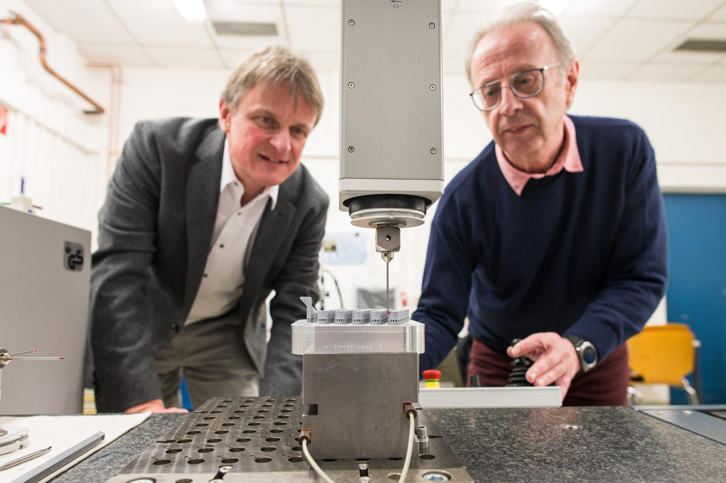 Prof. Dirk Bähre (left) and technical assistant Stefan Wilhelm demonstrate the new system