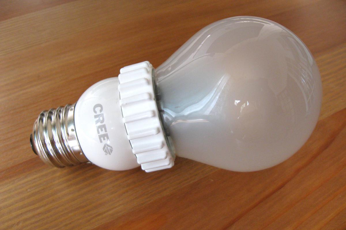 Gizmag tries out the 60-watt-equivalent warm white bulb, from Cree