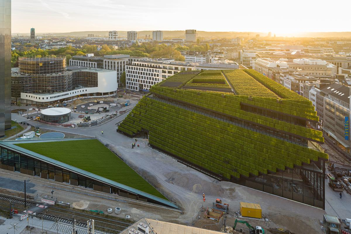 Kö-Bogen II is located in Düsseldorf includes over 30,000 hedges on its exterior