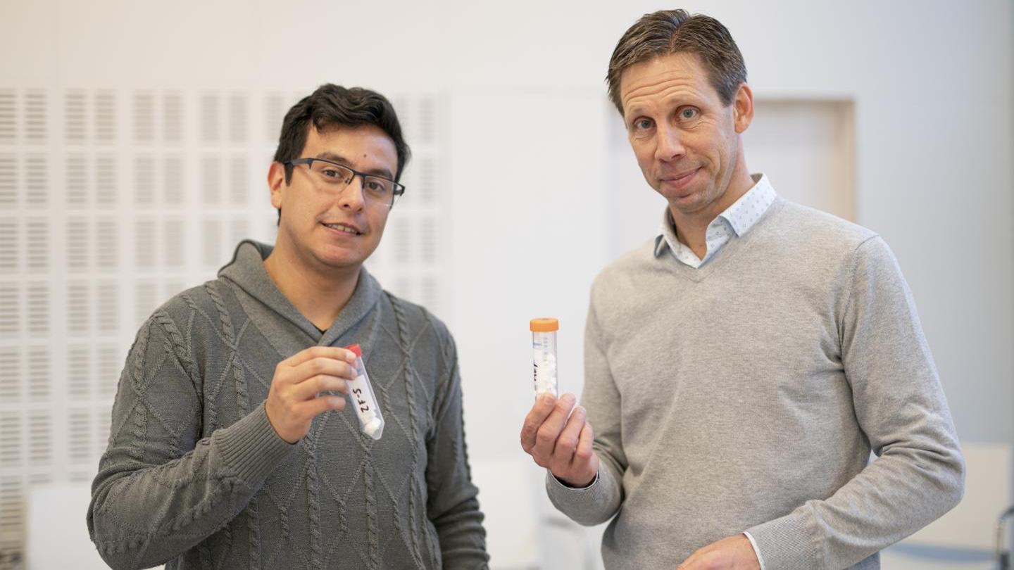 Chalmers PhD student Walter Rosas Arbelaez (left) and Prof. Anders Palmqvist, with samples of the foam