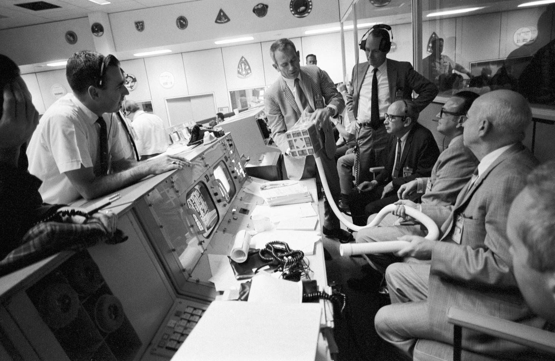 Le directeur de vol Kranz inspecte le prototype de l'adaptateur
