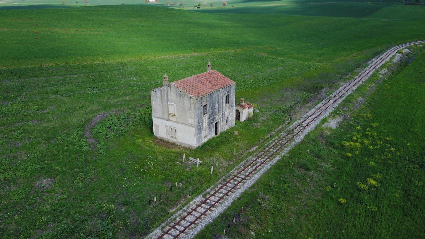 Casa Cantoniera is a two-story railway hut located in an agricultural area, Bradano valley