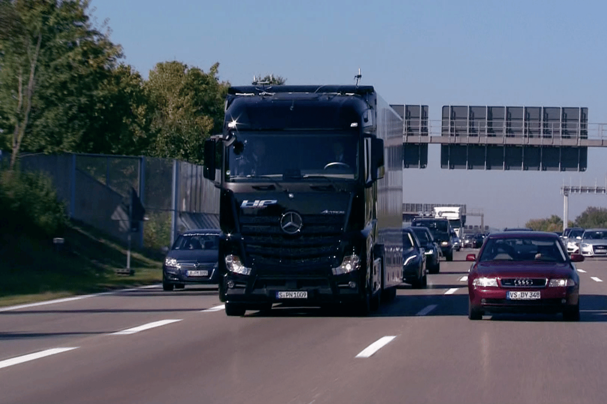 Onboard the modified Mercedes-Benz Actros was Daimler executive Dr Wolfgang Bernhard and Winfried Kretschmann, Minister-President of the state of Baden-Württemberg