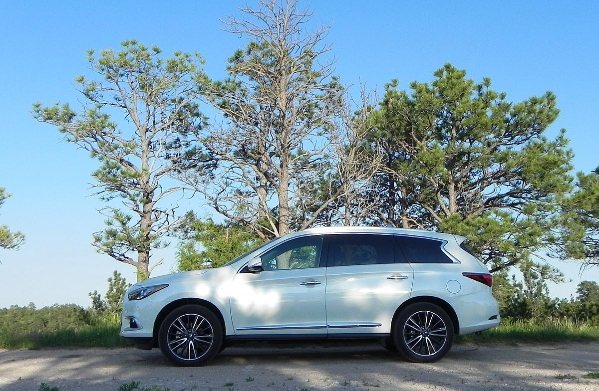 A first glance at a 2016 QX60 versus last year's model shows a lot of updates to the exterior