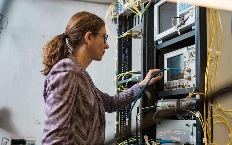 رکورد سرعت اینترنت با سرعت 178 ترابیت در ثانیه شکسته شد فیبر نوری