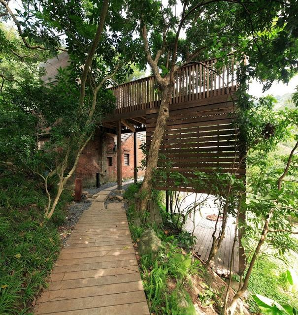 """A timber walkway along the steeply terraced hillside leads to the """"ultra ruin,"""" designed by the Casagrande Laboratory (photo: AdDa Zei/Casagrande Laboratory)"""