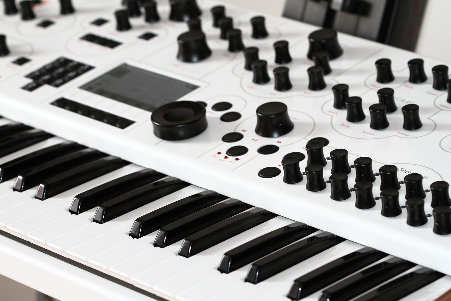 The Modulus.002 features a Fatar semi-weighted, five octave key mechanism with aftertouch (pressure sensitivity)
