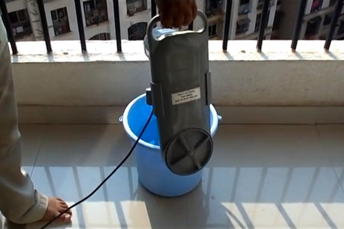 The Venus works with a user-supplied bucket, to wash up to 2.5 kg of clothing in one cycle