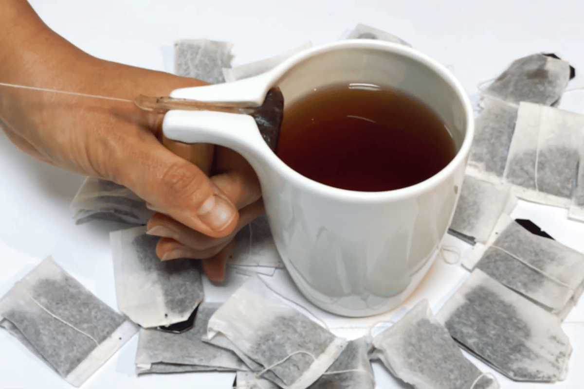 Pull the string through Cupio's groove for a drip-free teabag experience