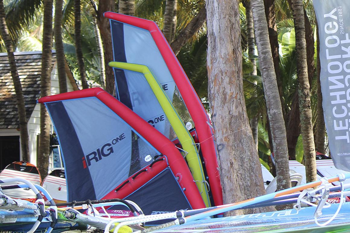Inflatable windsurfing rig sails on air     and fits in a