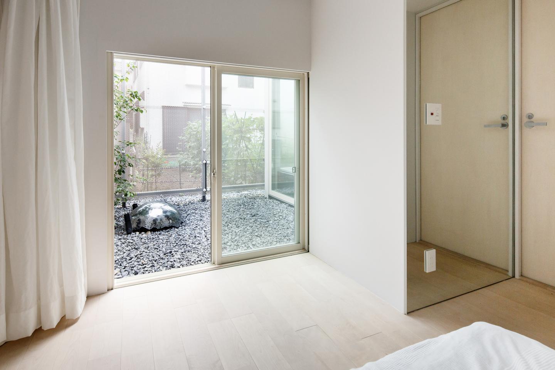 The small outdoor areas are accessible via sliding doors (Photo: Jérémie Souteyrat)