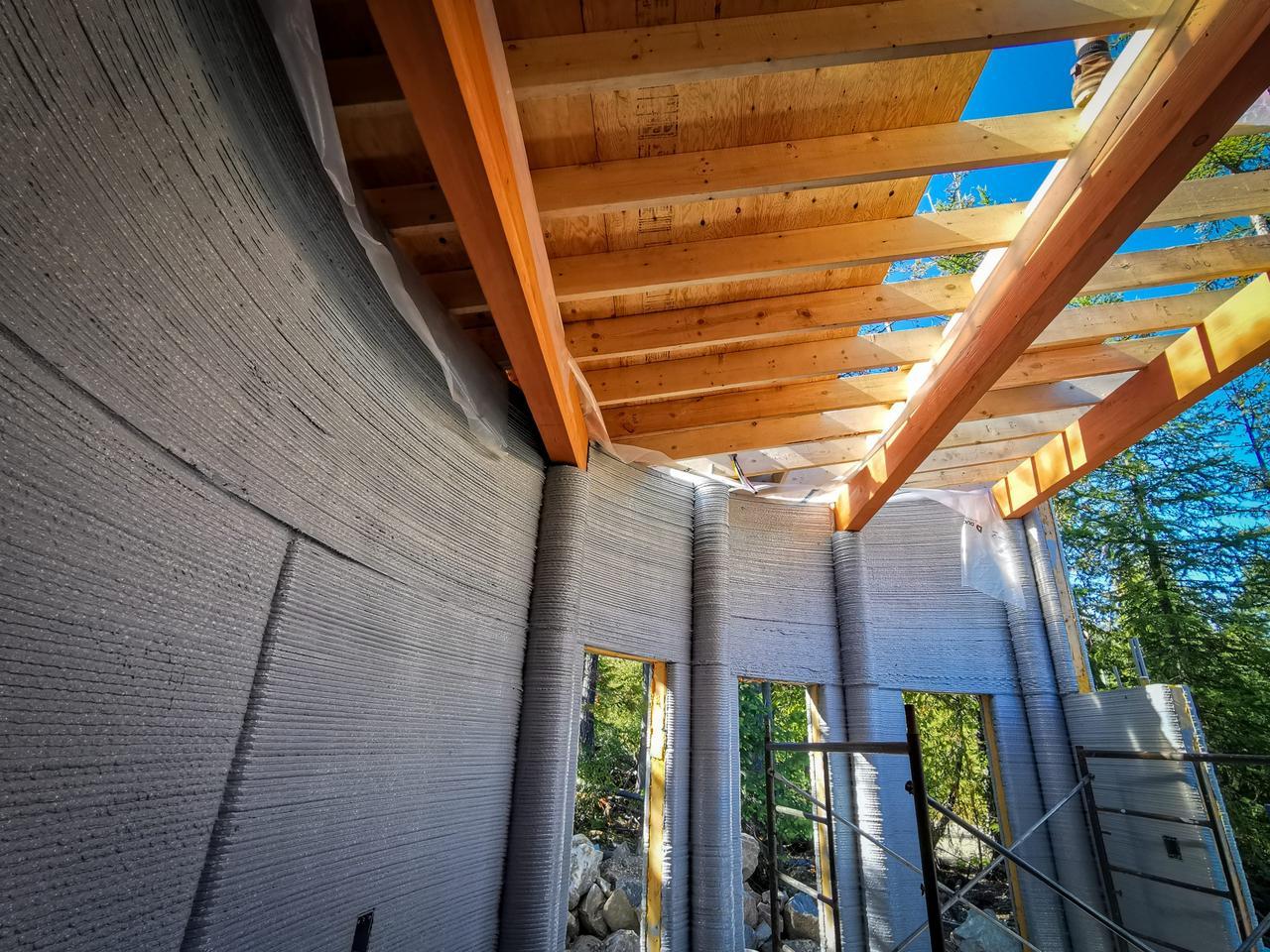 Хотя стены дома Фибоначчи создал 3D-принтер, люди установили крышу дома Фибоначчи.