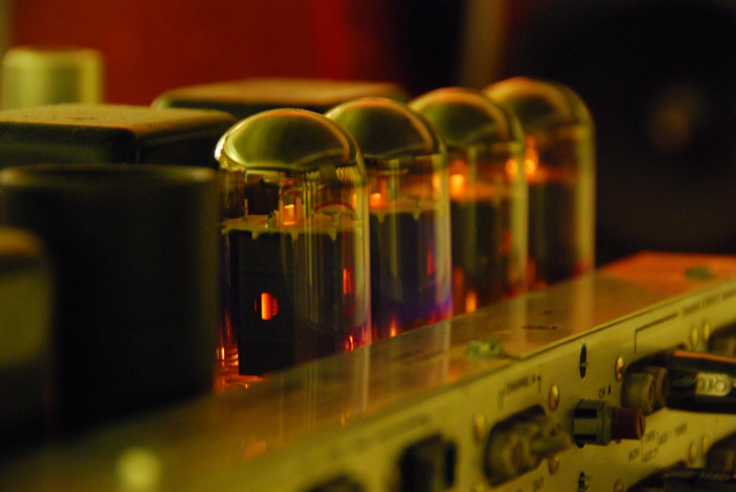 Researchers at NASA and the National Nanofab Center in South Korea are working on a vacuum channel transistor that can combines the best traits from transistors and vacuum tubes (Image: Wikimedia Commons)