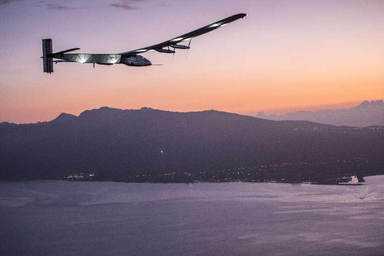 Solar Impulse 2 approaching Hawaiian island of Oahu