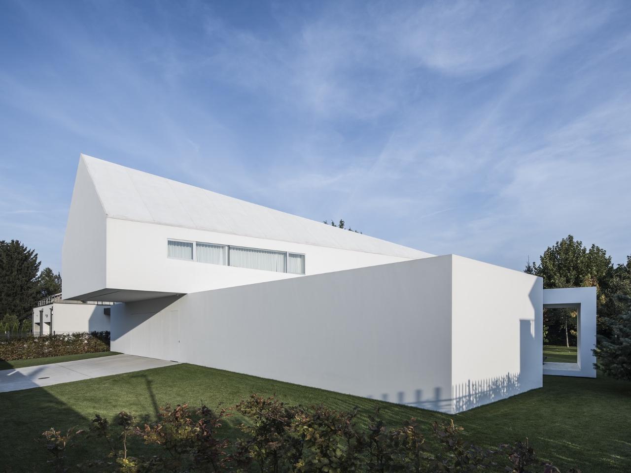 Quadrant House features a moving terrace