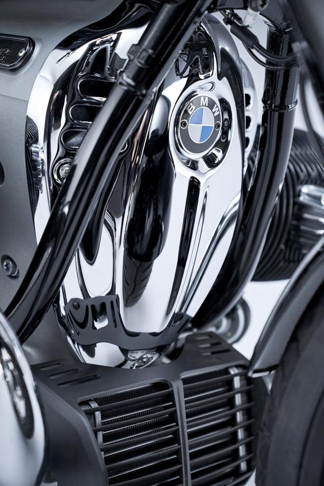 The chrome breast plate is an optional custom piece of the 2021 BMW R 18, fitted as standard on the First Edition