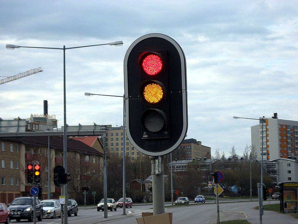 Researchers claim self-regulating traffic lights would decrease waiting time at red lights