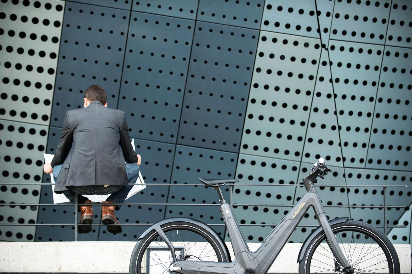 The Leaos e-bike features a self-supporting unisex carbon fiber monocoque frame