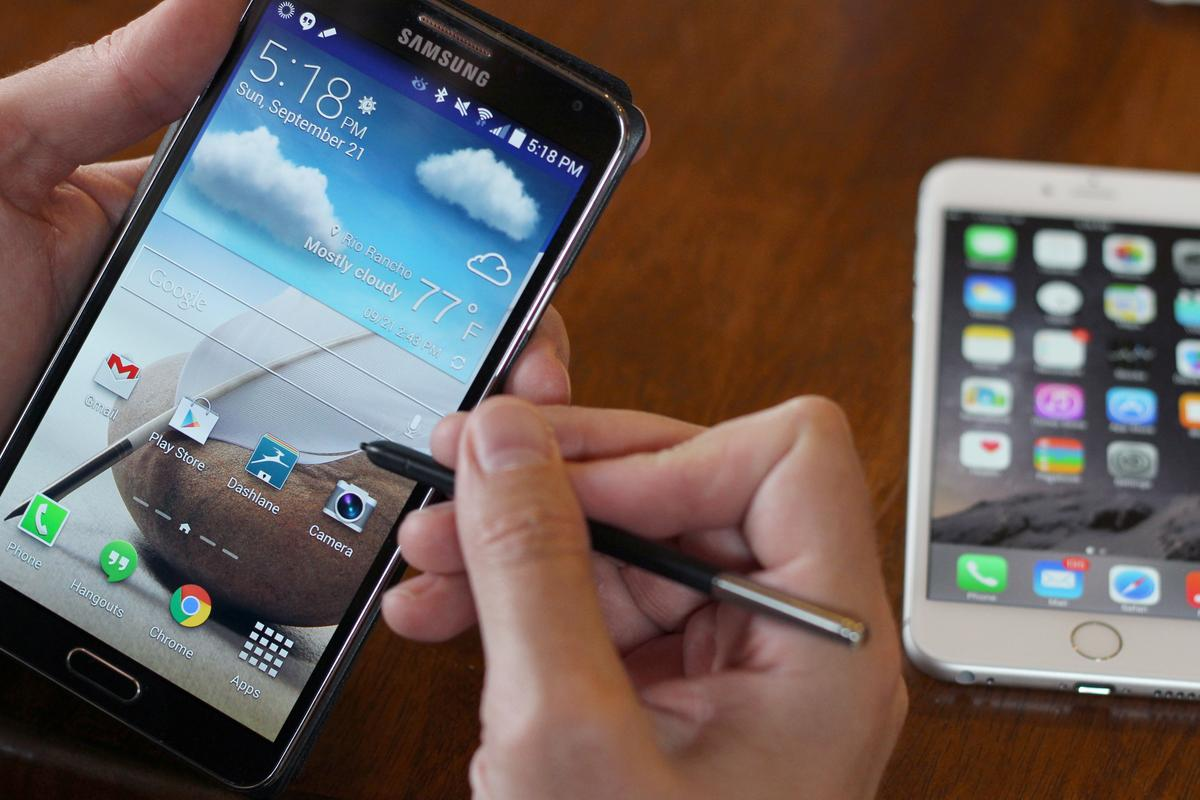Gizmag takes a quick hands-on look at the Samsung Galaxy Note 3 (left) and iPhone 6 Plus (Photo: Will Shanklin/Gizmag.com)