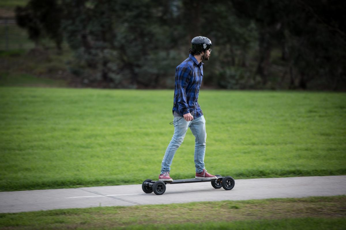 Australian company Evolve has been refining its minimalist electric board design through a series of vehicles that seem to be getting better at hiding away clunky components