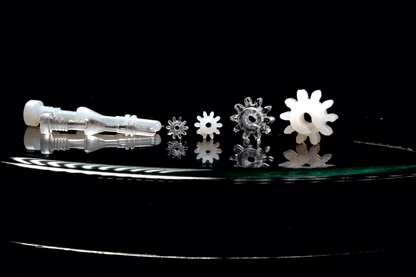 Examples of objects made using the new process, in their initial polymer (white) and final quartz glass (clear) forms