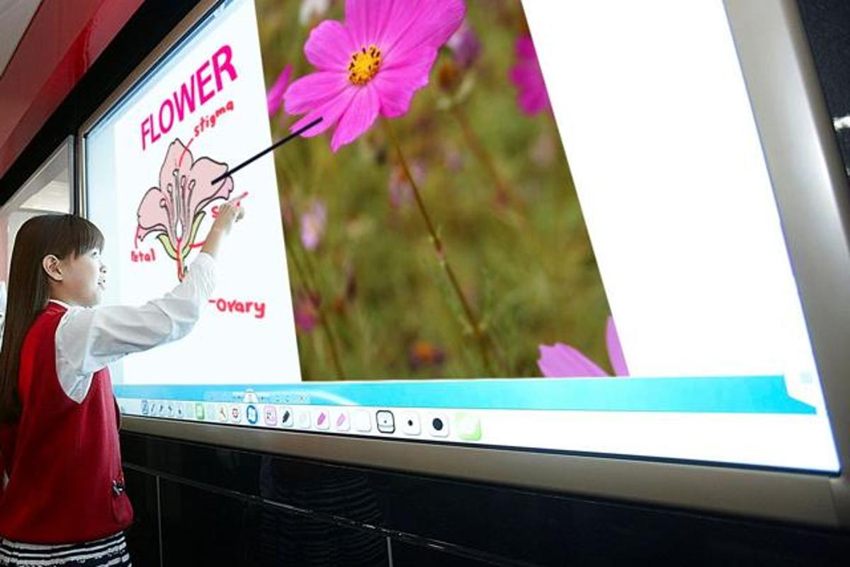 LG's Ultra Definition LCD interactive whiteboard