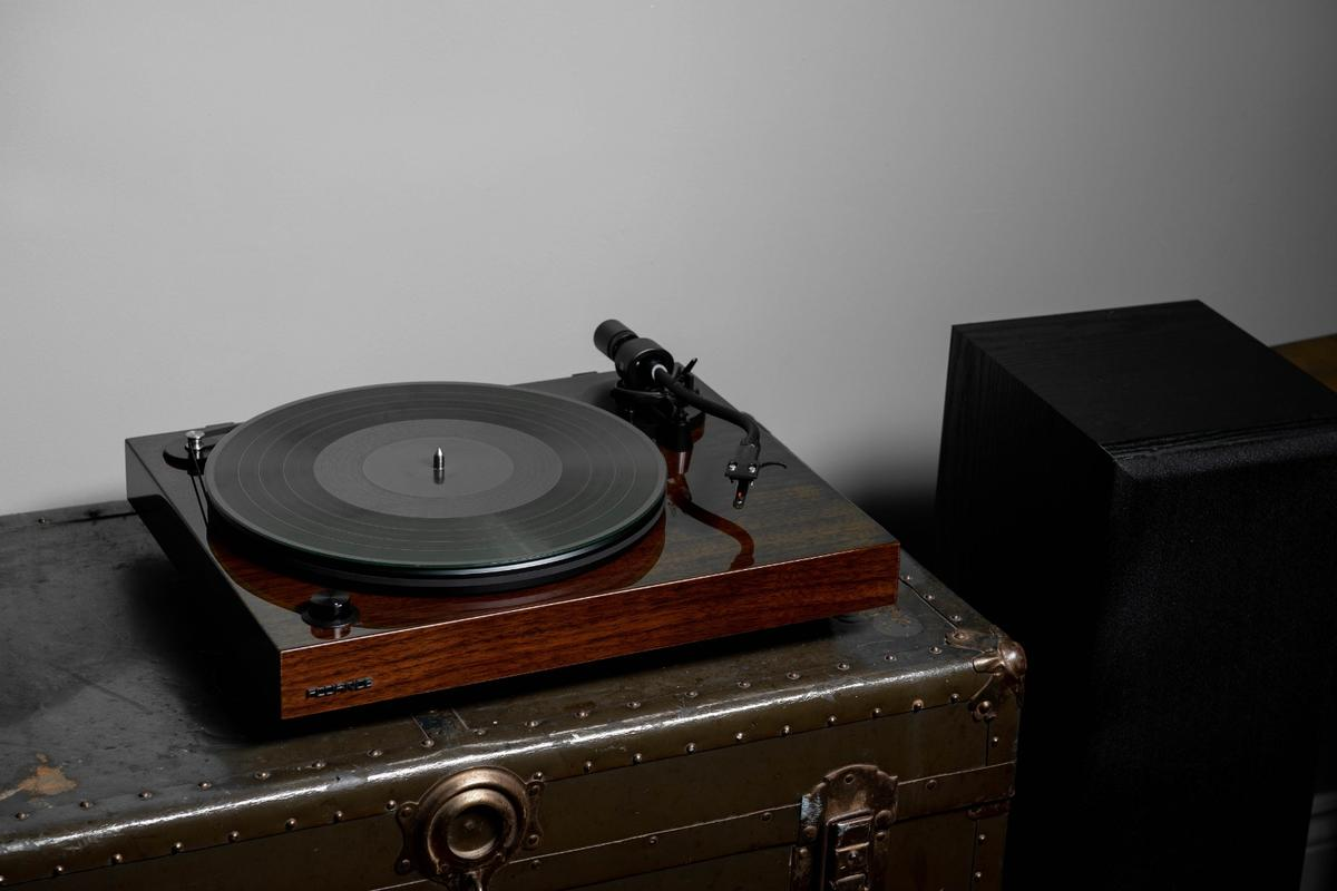 All Fluance Reference Series turntables are available in glossy black or walnut veneer finish