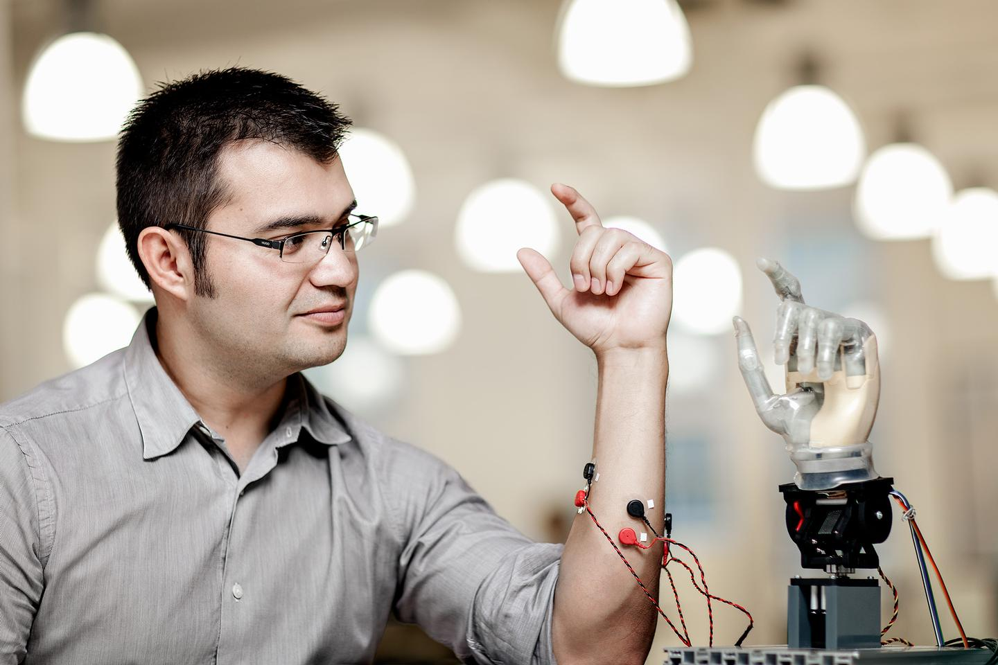 Max Ortiz Catalan demonstrates how the system works with the aid of electrodes placed on the skin, although amputees will have the electrodes implanted directly on the nerves and muscles inside the body