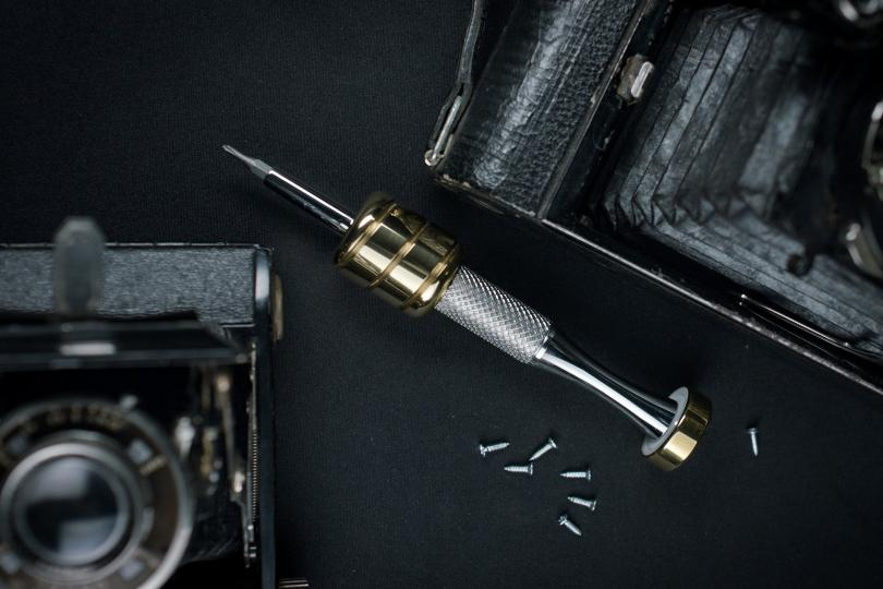 Excluding its case and bits package, the screwdriver weighs a claimed 205 g (7.2 oz)