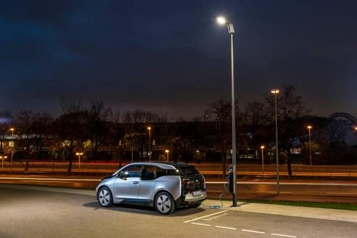 By building charging points into street lights, it would be possible to integrate a charging network into the existing urban landscape