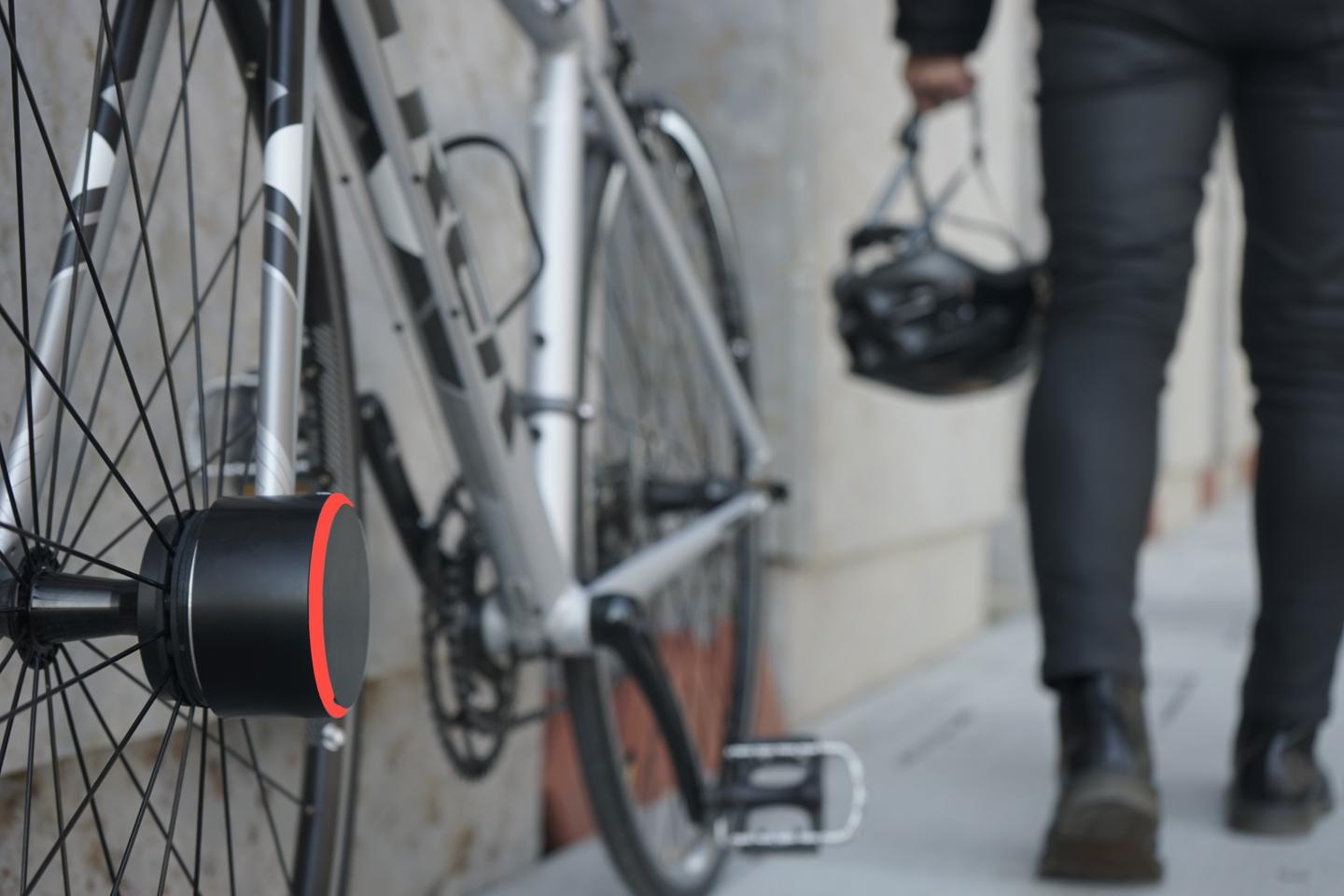 The Bisecu automatically locks up the front wheel as the rider (and their smartphone) walks away