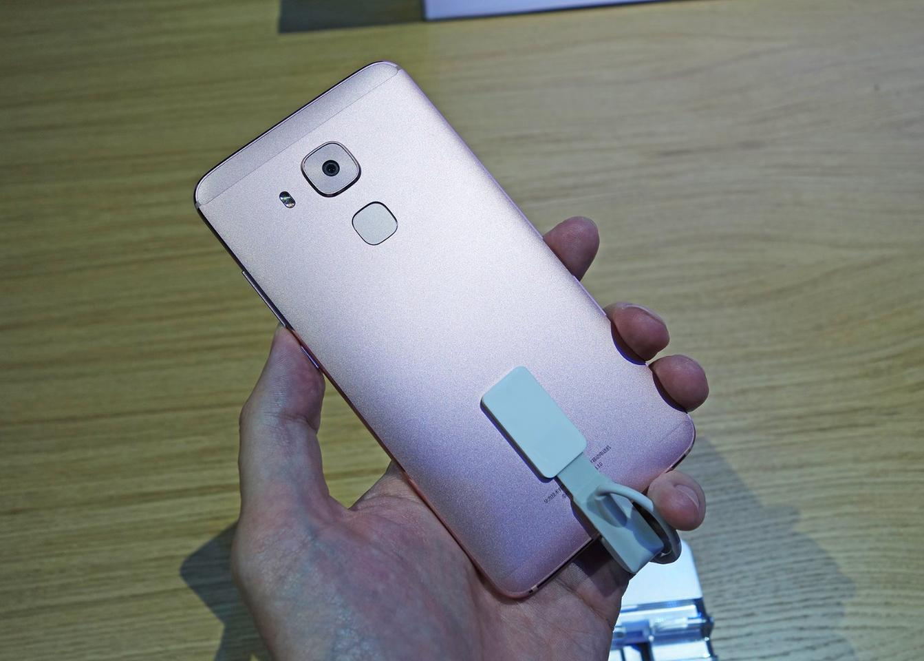 The 16 MP camera is centered on the back of the Nova Plus, apparently to keep the device thin