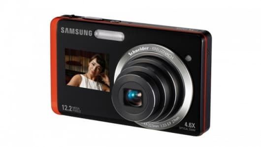 The DualView Samsung TL225 and its 1.5-inch front LCD screen