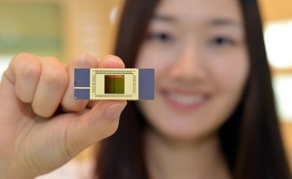Samsung's 3D Vertical NAND flash memory reads and writes twice as fast as conventional NAND memory while using less power (Photo: Samsung)