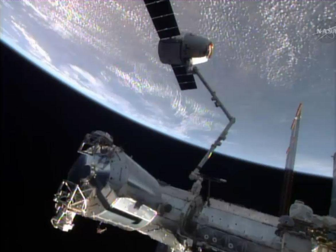 The Dragon CRS-3 spacecraft connected to the ISS via the Canadarm2 robotic arm (Photo: NASA)