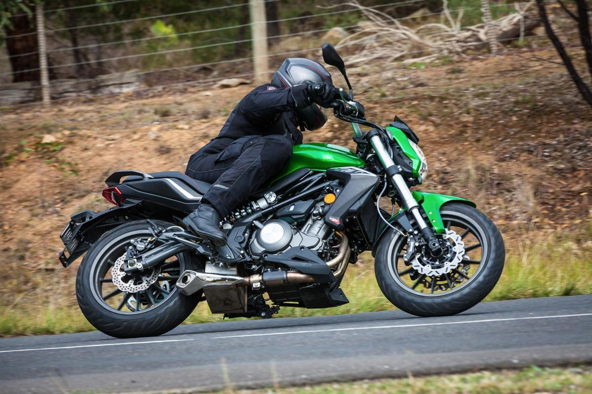 Benelli BN302 - twin disc brakes and adjustable suspension for new riders (Photo: Chris Blain/Gizmag)