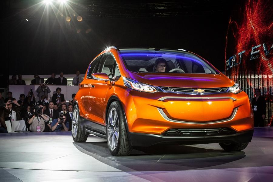 The Chevrolet Bolt EV concept has a range of 200 miles (322 km) and should cost around $30,000 (Photo: Loz Blain/Gizmag)