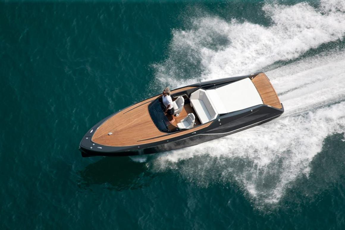 The Frausher 858 Fantom hits the water