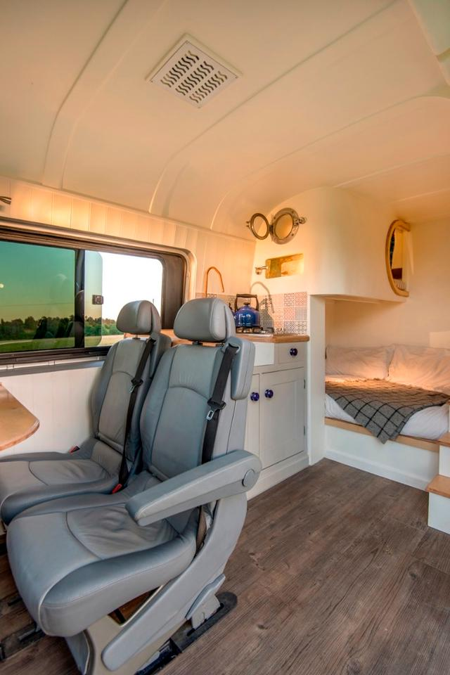 Campervanand tiny house enthusiast Jack Richens from Oxford, England andhis girlfriend Lucy havesuccessfully converted a second-hand2012 Mercedes Benz Sprinter into a stunning motorhome
