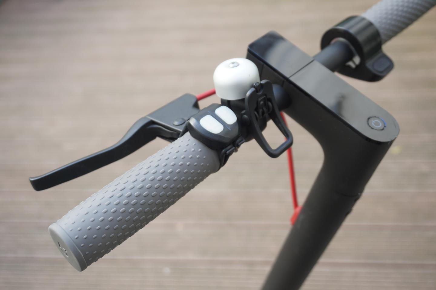 The Blinxi handlebar remote (beside the bell)